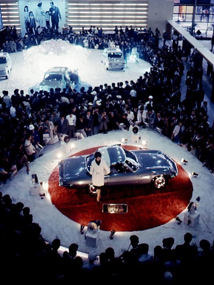 At the 1963 Tokyo Motor Show, Mazda (then Toyo Kogyo) debuted its rotary engine. But it created an even bigger sensation when President Tsuneji Matsuda arrived in a car that nobody had seen before. That car was the Cosmo Sport. It was not officially launched until the following year, again at the Tokyo Motor Show, and as you can see from the photo, it was literally the center of attention. The Cosmo Sport went on sale in May 1967; the first rotary engine-powered vehicle in the world. The '60s saw the Tokyo Motor Show transformed from a rather staid event displaying mainly commercial vehicles to a flamboyant motor show featuring sports cars and concept cars.